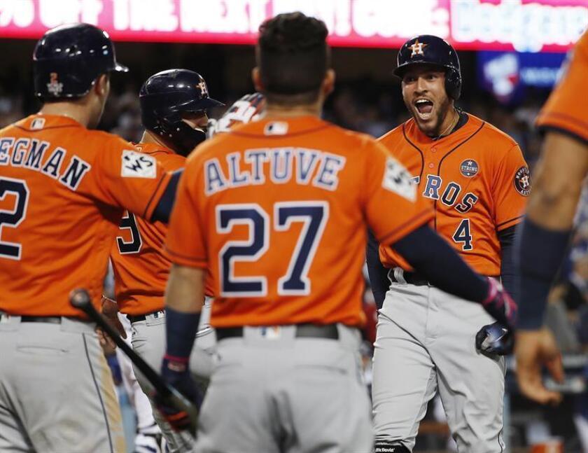 El jugador George Springer (d) de los Astros de Houston celebra luego de batear dos home run junto a sus compañeros durante la segunda entrada del séptimo y definitivo juego de la Serie Mundial de las Grandes Ligas (MLB) de béisbol disputado entre los Dodgers de Los Ángeles y los Astros de Houston. EFE