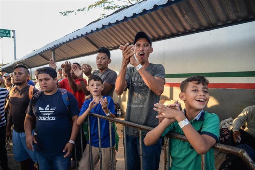 Migrantes centroamericanos saludan en Ciudad Hidalgo (México). EFE