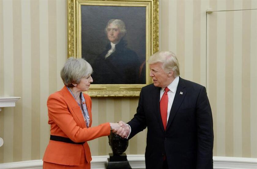 El presidente, Donald Trump, dejó hoy clara su sintonía con la primera ministra británica, Theresa May, quien buscó acercar posturas con él en lo relativo al apoyo estadounidense a la OTAN y la conveniencia de mantener, por ahora, las sanciones que ambos países impusieron a Rusia en 2014. EFE/POOL