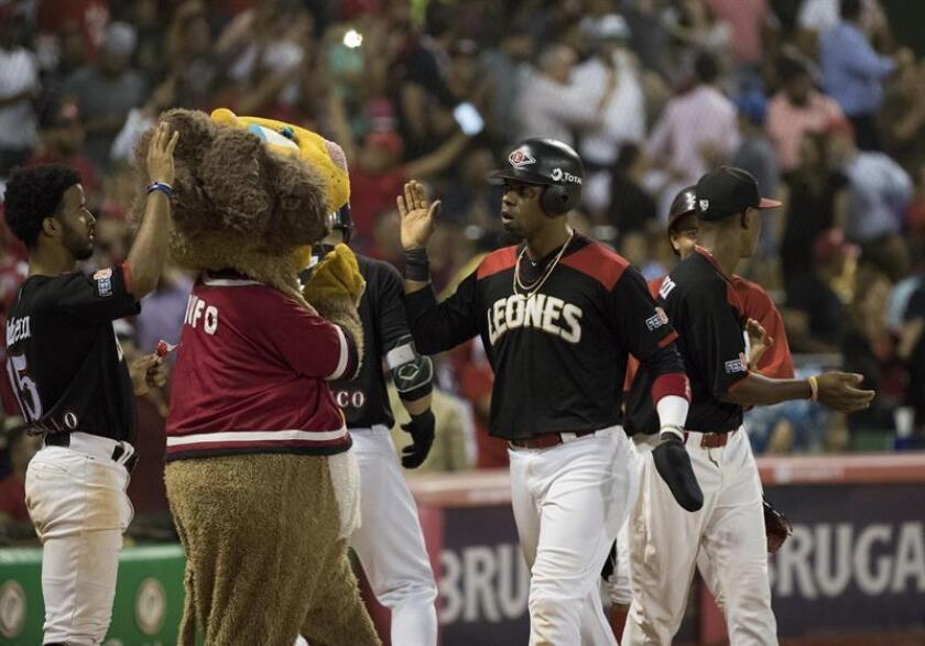 Wilkin Castillo (c), de los Leones del Escogido, fue registrado este lunes al anotar una carrera, durante un partido del Torneo Invernal de Béisbol en Rep. Dominicana, ante los Tigres del Licey, en el estadio Quisqueya de Santo Domingo (República Dominicana). EFE