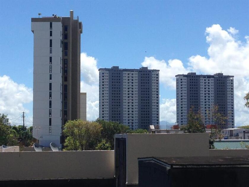 La Comisión de Vivienda y Desarrollo Urbano que preside el representante Luis Pérez, discutió hoy el Proyecto de la Cámara 1366, que enmienda varios artículos de la Ley de Condominios, para eliminar la prohibición categórica que existe en la instalación de tormenteras en los condominios. EFE/Archivo