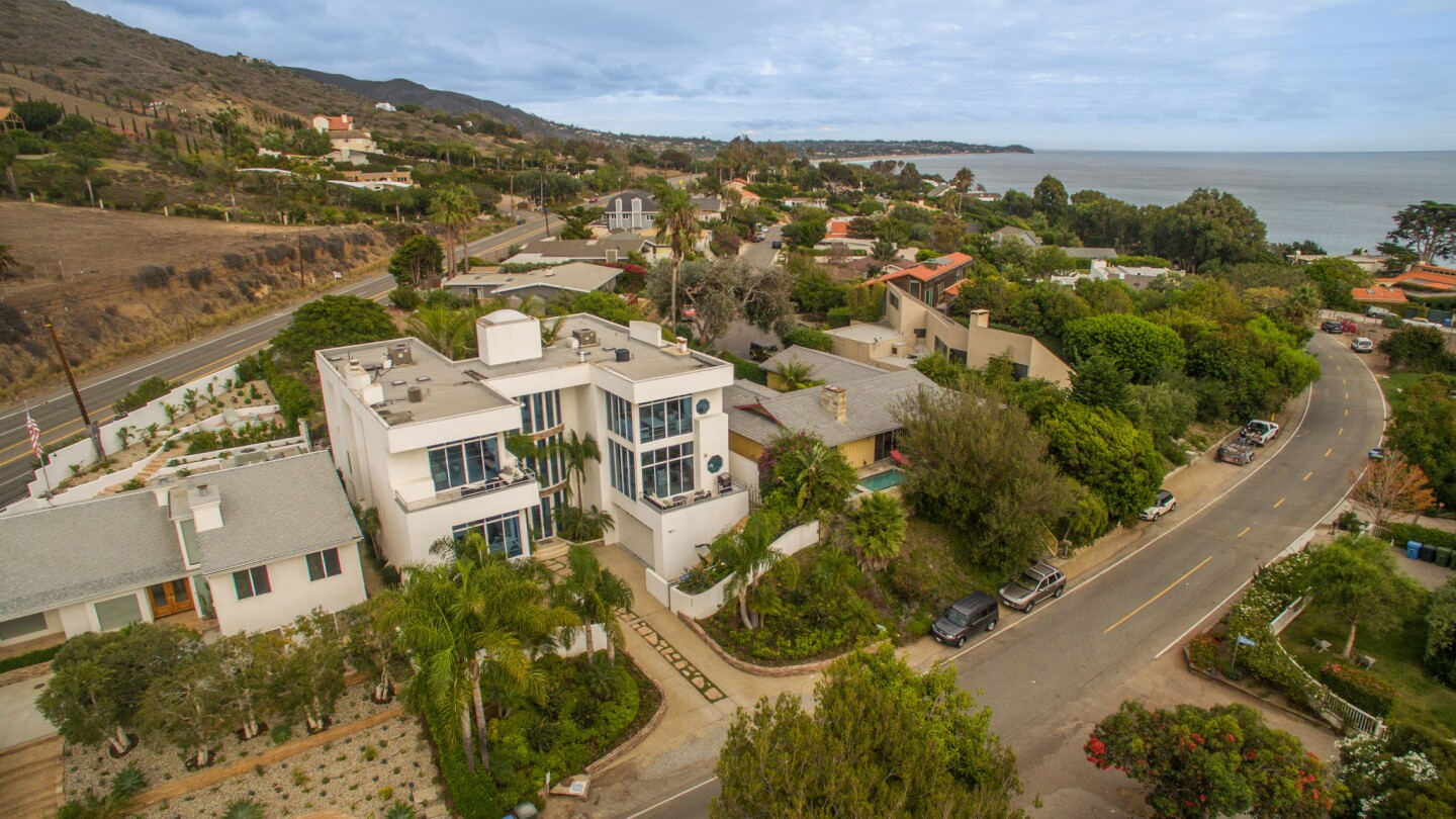 Home of the Day: Walls of glass and ocean views in Malibu