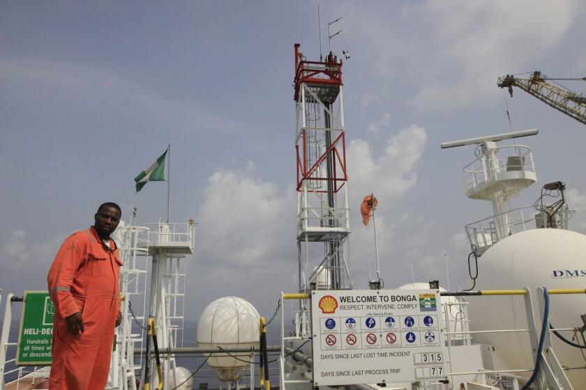 En esta imagen se ve a un miembro del personal de Shell en la plataforma petrolera Bonga frente a las costas del Delta de Níger en Nigeria. (Foto AP/Sunday Alamba, archivo)