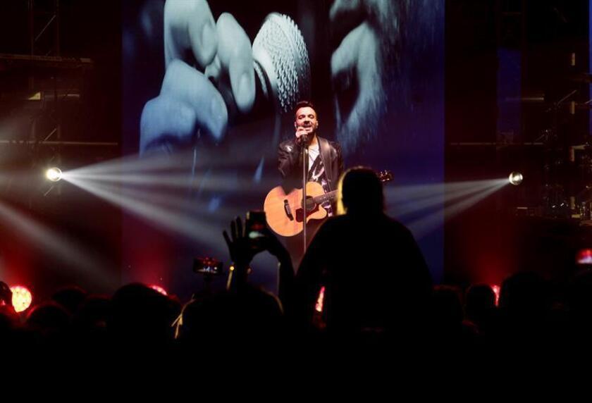 El cantante y compositor puertorriqueño Luis Fonsi se presenta durante un concierto. EFE/Archivo