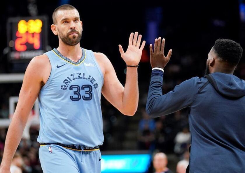 Marc Gasol (i) los Grizzlies de Memphis durante un partido de baloncesto de la NBA. EFE/Archivo