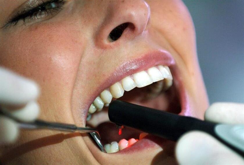 Vista de un dentista que atiende a una persona. EFE/Archivo