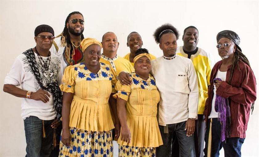 Fotografía cedida sin fecha donde aparecen algunos de los integrantes de The Garifuna Collective, que reúne a cinco músicos y dos cantantes, todos beliceños salvo una mujer hondureña. EFE/Atocha Crespo/Stonetree Records/SOLO USO EDITORIAL/NO VENTAS