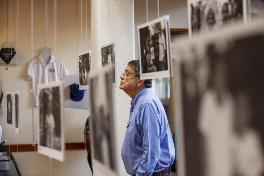 """ARCHIVO - En esta fotografía de archivo del 30 de septiembre de 2019, el escritor Sergio Ramírez mira una imagen durante la inauguración de una exhibición de fotografías y artículos personales que pertenecían a personas asesinadas en protestas antigubernamentales en Managua, Nicaragua. Ramírez, ganador del Premio Cervantes 2017, dijo el viernes 18 de junio de 2021 que hay una """"injusticia dictatorial"""" en Nicaragua y llamó a la solidaridad internacional con los opositores encarcelados por el gobierno del presidente Daniel Ortega. (AP Foto/Alfredo Zuñiga, Archivo)"""
