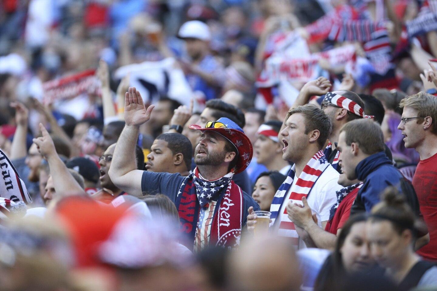 MAG326. SEATTLE (EE.UU.), 16/06/2016.- Aficionados de EE.UU asisten al juego de su equipo ante Ecuador hoy, jueves 16 de junio de 2016, en el partido entre EE.UU. y Ecuador por la Copa América Centenario en Century Link Field en Seattle (Washington). EFE/DAVID FERNÁNDEZ ** Usable by HOY and SD Only **