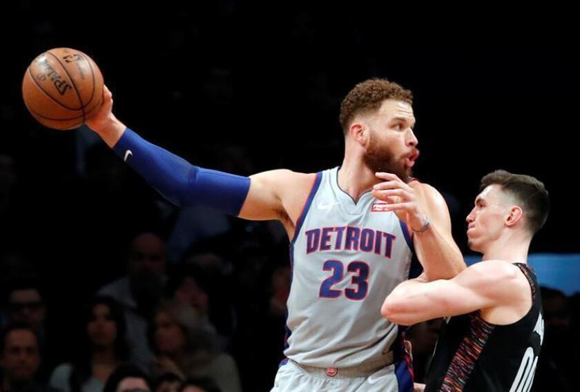 Rodions Kurucs (d) de Brooklyn Nets bloquea a Blake Griffin (i) de Detroit Pistons este lunes en un partido de la NBA en Barclays Center en Brooklyn, Nueva York (EE.UU.). EFE