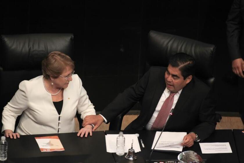 La mandataria de Chile, Michelle Bachelet, habla con el expresidente de la Mesa Directiva del Senado de México y ahora Gobernador de Puebla, Luis Miguel Barbosa, durante su visita, el viernes 14 de agosto de 2015, a la Cámara de Senadores en su segundo día de visita a México. EFE/Alex Cruz/Archivo