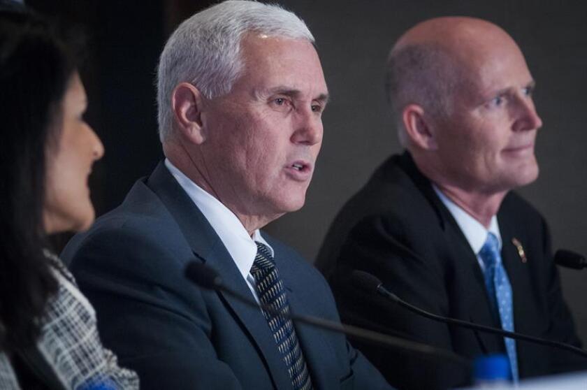 El gobernador de Indiana (EE.UU.), Mike Pence, apareció hoy en un mitin de campaña junto al candidato del Partido Republicano para las elecciones presidenciales, Donald Trump, lo que acrecentó las especulaciones de los medios y los analistas que le sitúan como favorito a la vicepresidencia.