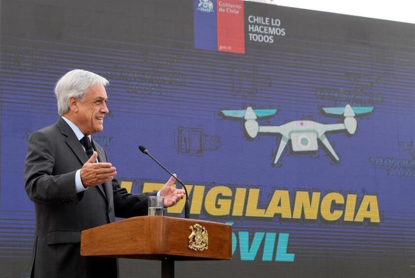 """El presidente de Chile, Sebastián Piñera (c), presenta este lunes lla """"red de vigilancia móvil"""", durante una rueda de prensa celebrada en Santiago (Chile). EFE/Prensa Presidencia Chile"""