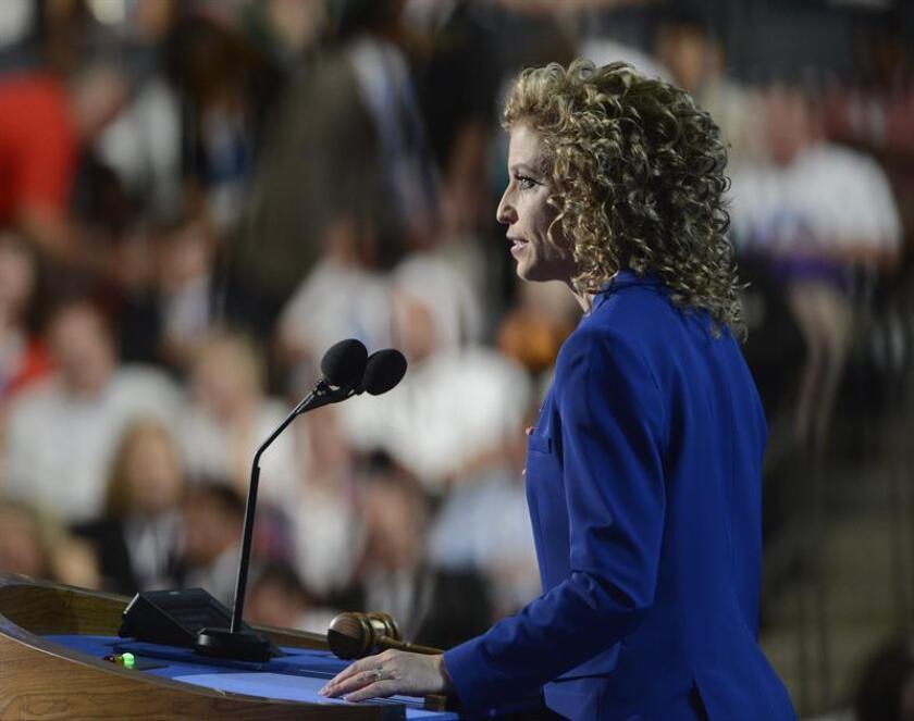 Debbie Wasserman Schultz habla a los delegados el jueves 6 de septiembre de 2012, en la clausura de la convención del partido Demócrata en el Time Warner Cable Arena de Charlotte (EEUU). EFE/Archivo
