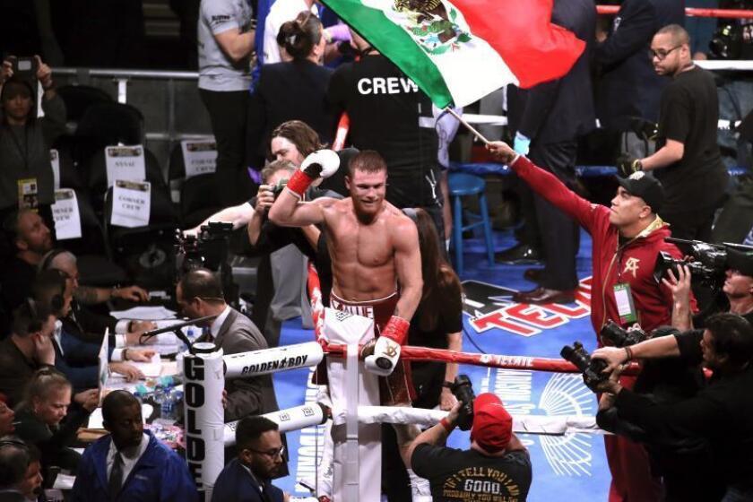 El boxeador mexicano Santos 'Canelo' Alvarez (c), tras lograr hoy su tercer título mundial en Nueva York. EFE
