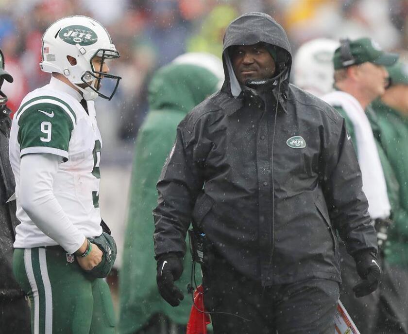 Todd Bowles, entrenador en jefe, dirigió al equipo en el partido que esta tarde disputaron y perdieron por paliza de 41-3 ante los Patriots de Nueva Inglaterra, tras superar problemas de salud que le obligaron a ser hospitalizado. EFE