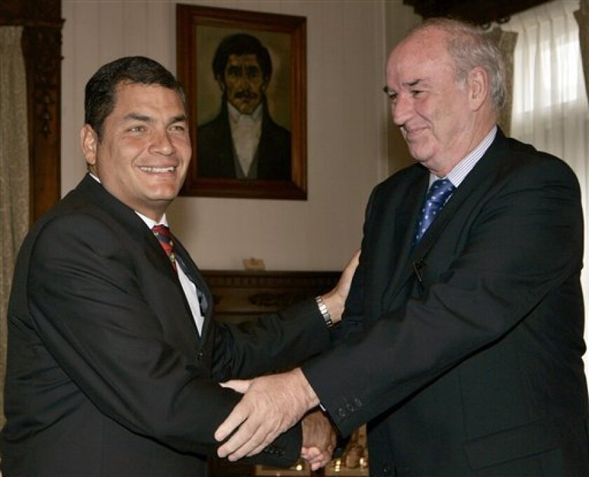Ecuador's President Rafael Correa, left, shakes hands with Peru's Foreign Affairs Minister Jose Antonio Garcia Belaunde, at the government palace in Quito, Friday, May 29, 2009. (AP/Photo/Dolores Ochoa)