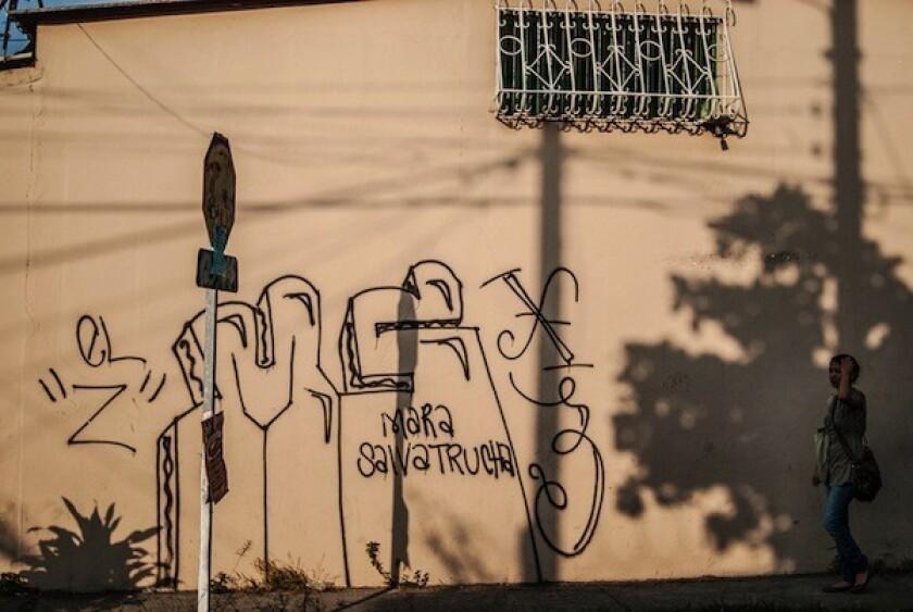 Uno de los líderes de la pandilla Mara Salvatrucha (MS13) fue enviado a prisión preventiva en El Salvador mientras afronta una investigación judicial por el delito de tenencia ilegal de arma de fuego, informó la Fiscalía del país centroamericano.