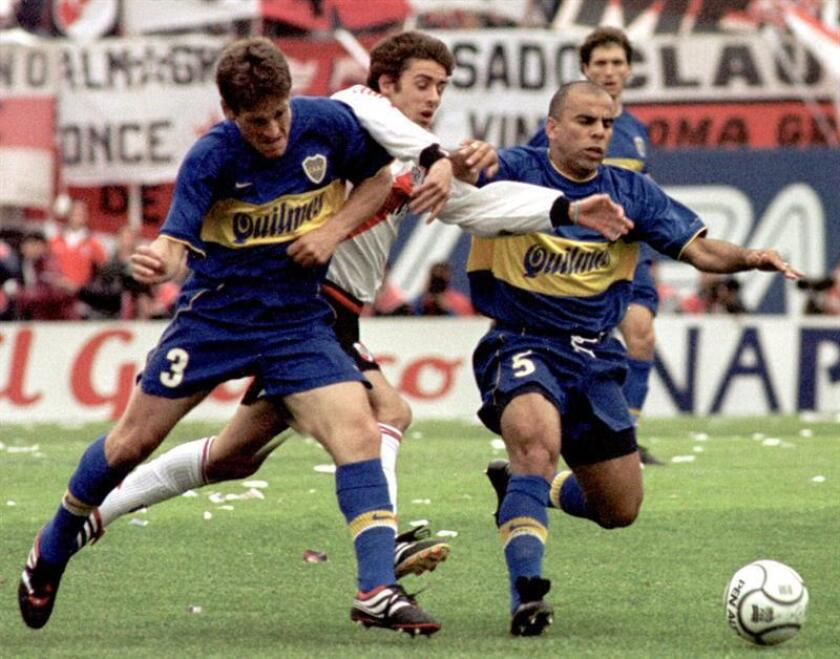Faggiani,iz, and from Junior intentan playing against River plate at the Monumental stadium of Buenos Aires Argentina . Oct 15 2000 EPA-EFE FILE/INFOSIC/EDGARDO GOMEZ