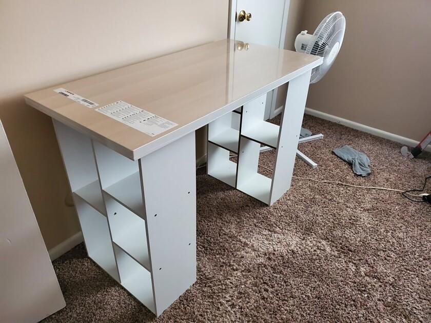En esta foto proveída por Megan Fry, un escritorio armado con la superficie de una mesa y estantes de libros es visto en su casa en Indianápolis el 14 de septiembre del 2020. (Megan Fry vía AP)