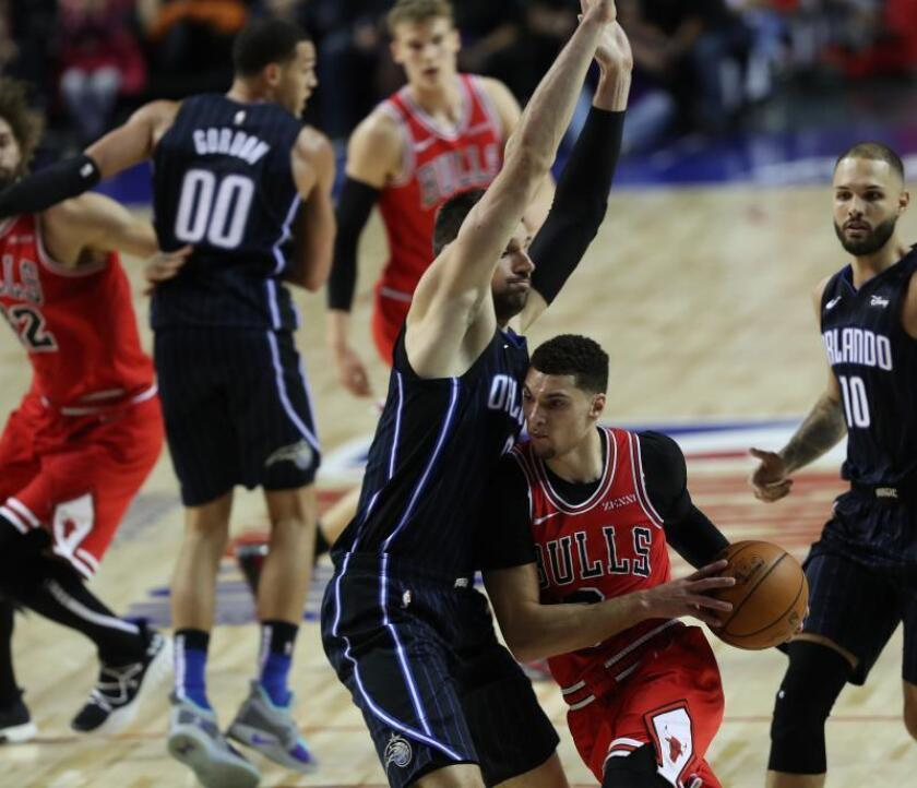 Nikola Vucevic (i) del Orlando Magic defiende ante Zach LaVine. (d) de Chicago Bulls durante un partido de baloncesto de la NBA entre Orlando Magic y Chicago Bulls que se disputó en el recinto Arena Ciudad de México (México). EFE