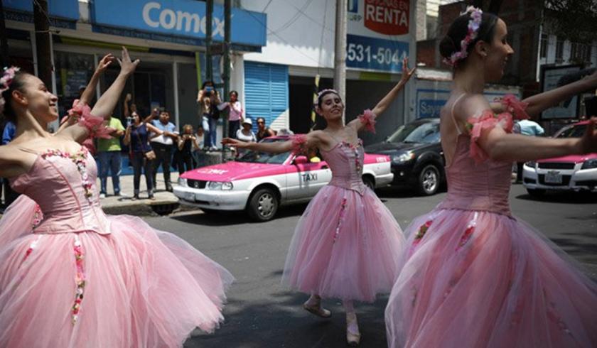 Bailarinas bailan en el medio de la calle aprovechando que el semáforo está en rojo, en la Ciudad de México.