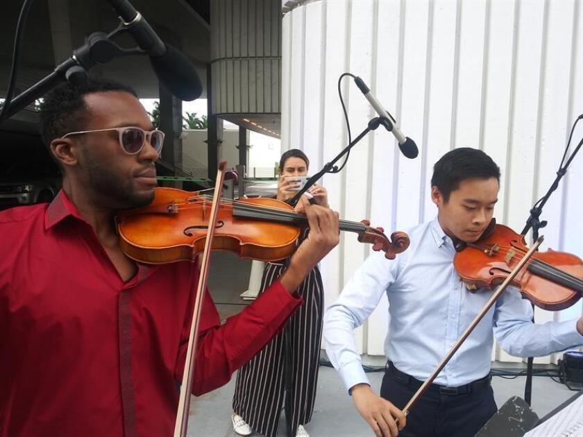 Músicos de la orquesta Sinfónica del Nuevo Mundo interpretan música del grupo británico los Beatles este miércoles en Miami Beach, Florida (EE.UU.). EFE