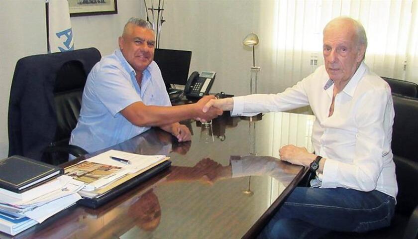 Fotografía cedida por la Asociación del Fútbol Argentino (AFA) donde aparece su presidente Claudio Tapia (i) junto a Cesar Luis Menotti hoy, en Buenos Aires (Argentina). EFE/AFA