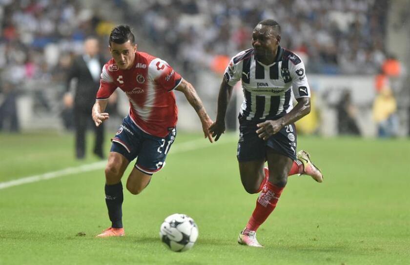 Walter Ayoví (d) de Rayados de Monterrey disputa el balón con Adrián Luna (i) de Veracruz. EFE/Archivo