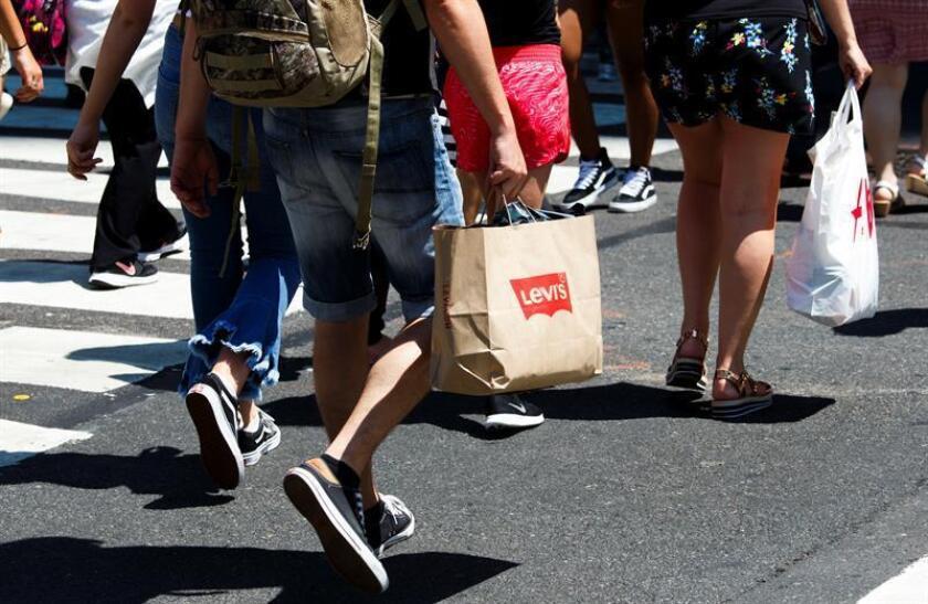 Los gastos de los consumidores en el país crecieron un 0,3 % en agosto, la menor subida desde febrero, mientras que los ingresos personales subieron también un 0,3 %, informó hoy el Departamento de Comercio. EFE/Archivo