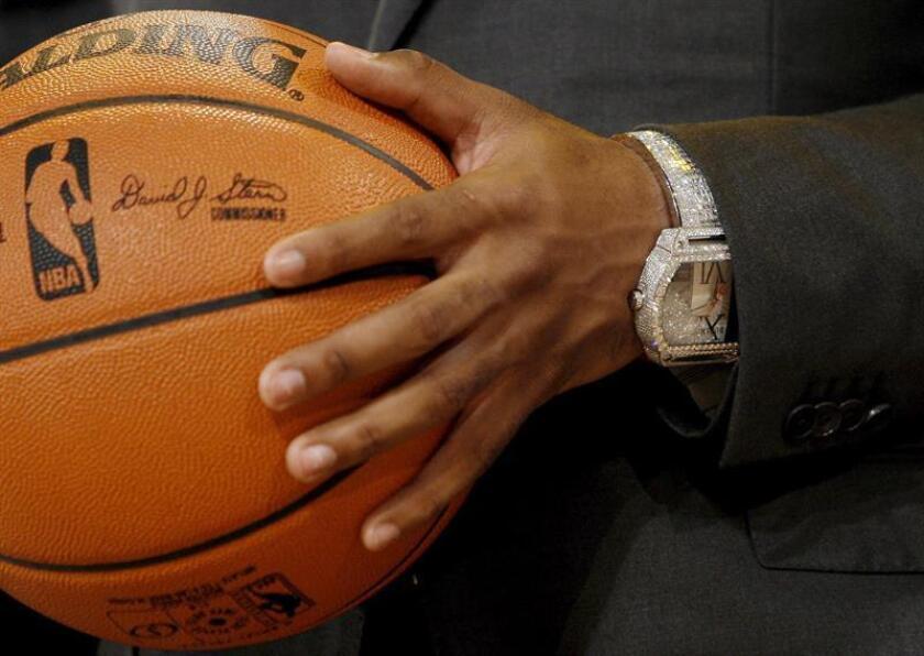 Vista de un balón durante un partido de baloncesto. EFE/Archivo