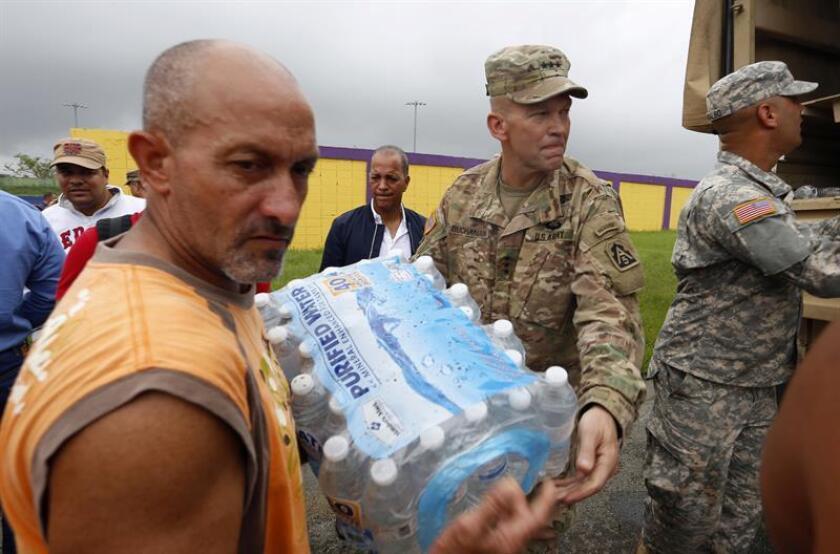 Vista de varios militares entregando suministros a los damnificados por el huracán María en Puerto Rico. EFE/Archivo