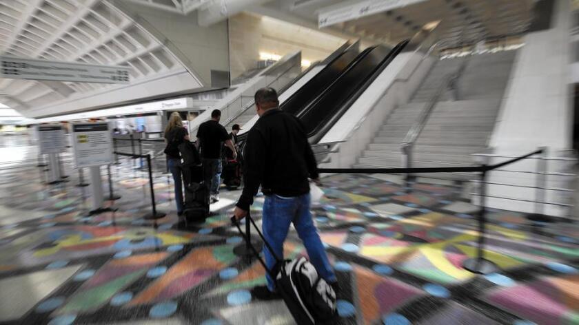 Pasajeros en una de las terminales del Aeropuerto Internacional de Ontario, que sufrió un declive del 40% en viajeros durante la recesión