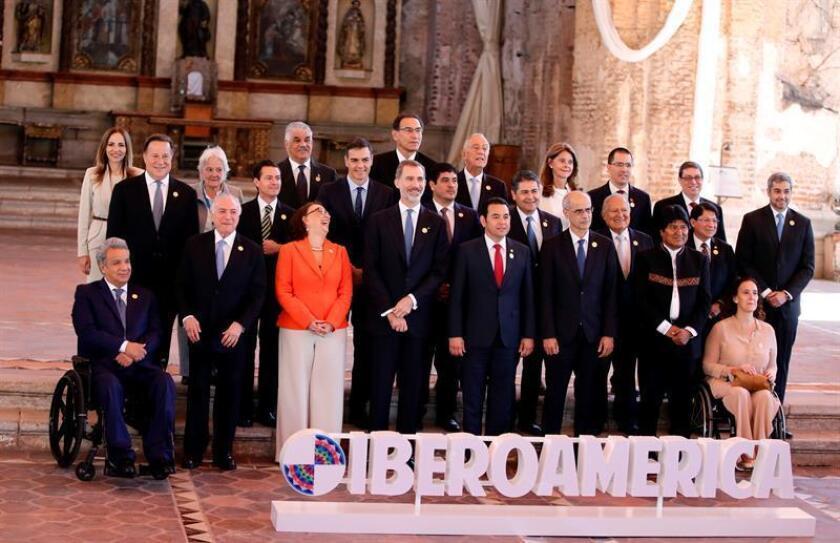 Participantes posan durante la foto oficial de jefes de estado en la XXVI Cumbre Iberoamericana, hoy, en Antigua, Guatemala. EFE