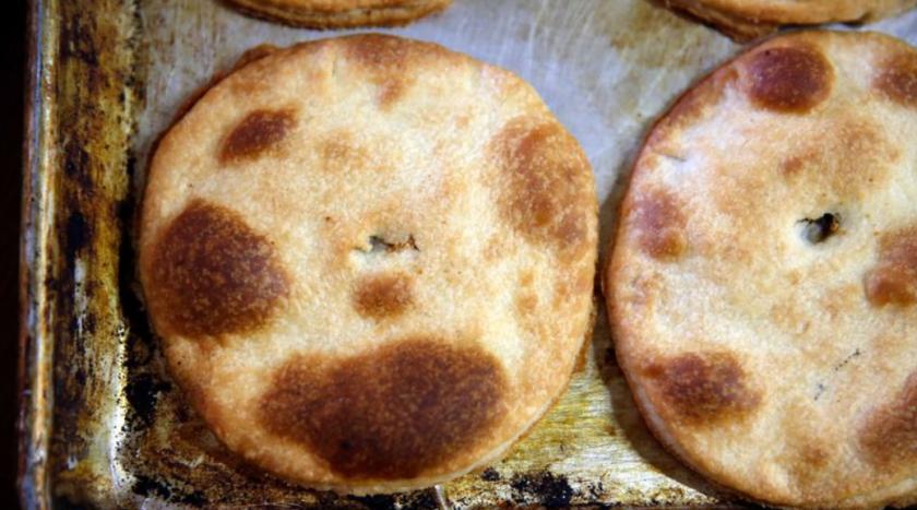 Coyotas recién horneadas se enfrían en una bandeja, en Coyotas Doña María, en Villa de Seris, la histórica colonia en Hermosillo que alberga varias panaderías especializadas (Dania Maxwell / Los Angeles Times).