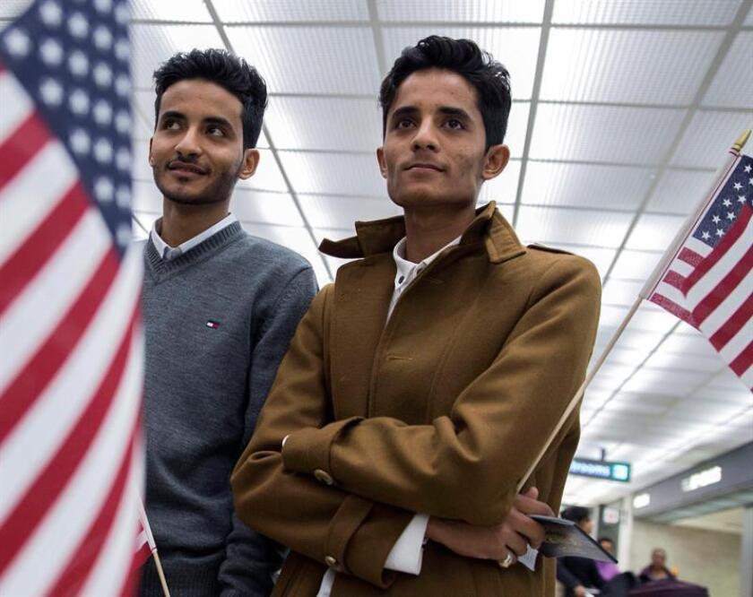 Dos hermanos de nacionalidad yemení a las que denegaron el acceso tras el veto migratorio del presidente estadounidense, Donald Trump, tras pasar por la aduana del aeropuerto de Chantilly, Virginia, Estados Unidos, hoy, 6 de febrero de 2017. EFE