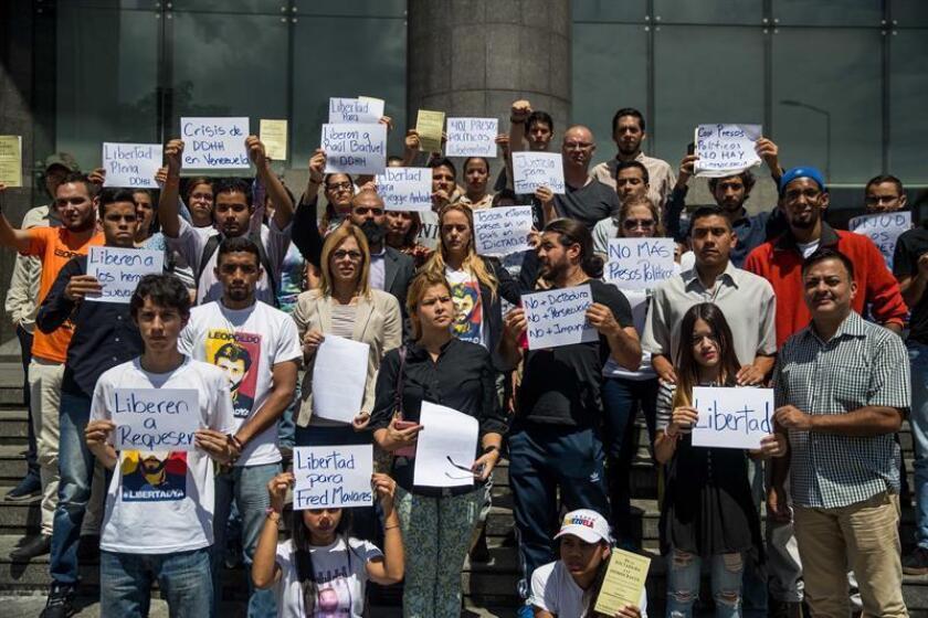 """Activistas políticos venezolanos participan en una manifestación para exigir la liberación de """"presos políticos"""" frente a la sede del Programa de las Naciones Unidas para el Desarrollo (PNUD), en Caracas (Venezuela). EFE"""