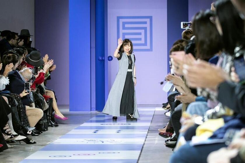 La diseñadora taiwanesa Shiatzy Chen saluda tras presentar sus propuestas para la colección Primavera/Verano 2019 de su firma Shiatzy Chen durante la Semana de la Moda de París (Francia) hoy. EFE