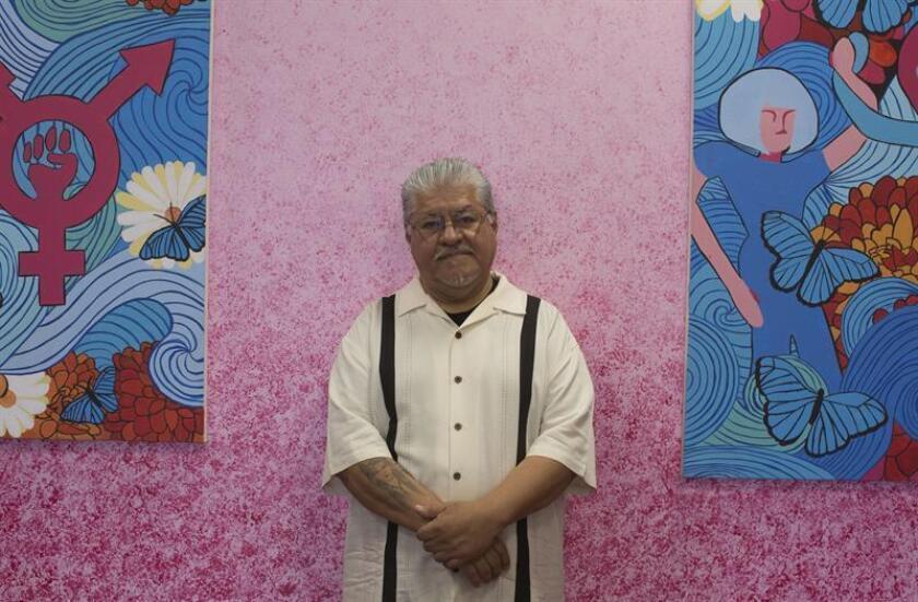 El escritor hispano de ascendencia mexicana Luis J. Rodríguez posa durante una entrevista con Efe el jueves 7 de junio de 2018, en el Centro Cultural Tia Chucha's, de Pacoima, Los Ángeles, California (EE.UU.). EFE