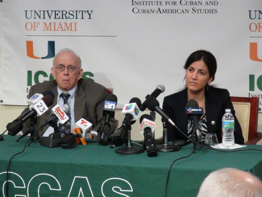 De izda. a dcha., Jaime Suchlicki, director del Instituto de Estudios Cubanos y Cubanoamericanos (ICCAS) y Rosa María Paya, hija del fallecido opositor cubano Oswaldo Payá, durante una rueda de prensa. EFE/Archivo