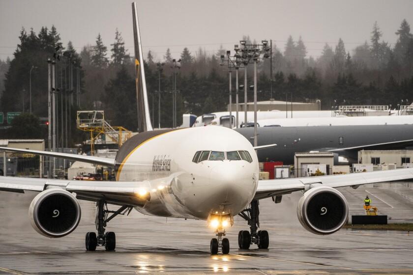 Un taxi Boeing 767 para despegar en las instalaciones de producción de aviones de Boeing