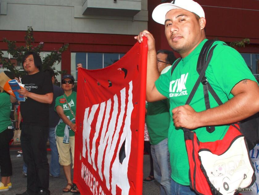 Heriberto Zamora, originario de México, participa como voluntario en la organización Kiwa después de recibir asistencia para reclamar el robo de su sueldo, en un restaurante de Beverly Hills.