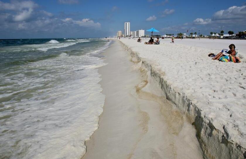 Vista general de una playa en la que la espuma alcanza la playa y mancha la arena en Gulf Shores, Alabama, Estados Unidos, el domingo 4 de julio de 2010. EFE/Dan Anderson/Archivo