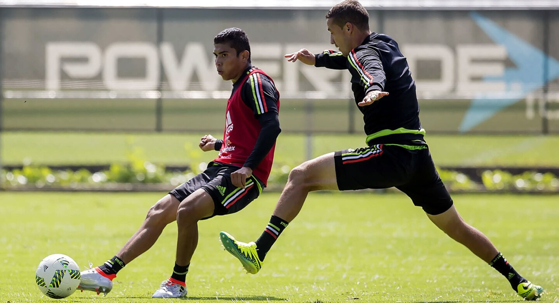 Orbelín Pineda (izq.) tiene su oportunidad de brillar con la selección mexicana de futbol después de que se quedara fuera de la lista del combinado azteca que disputó los Juegos Olímpicos de Río.