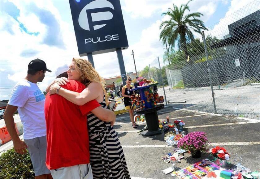 Una persona abraza a Barbara Poma (dcha.), dueña del Club gay Pulse en Orlando, Florida, donde murieron 49 personas en la peor matanza por arma de fuego ocurrida en Estados Unidos. EFE/Archivo