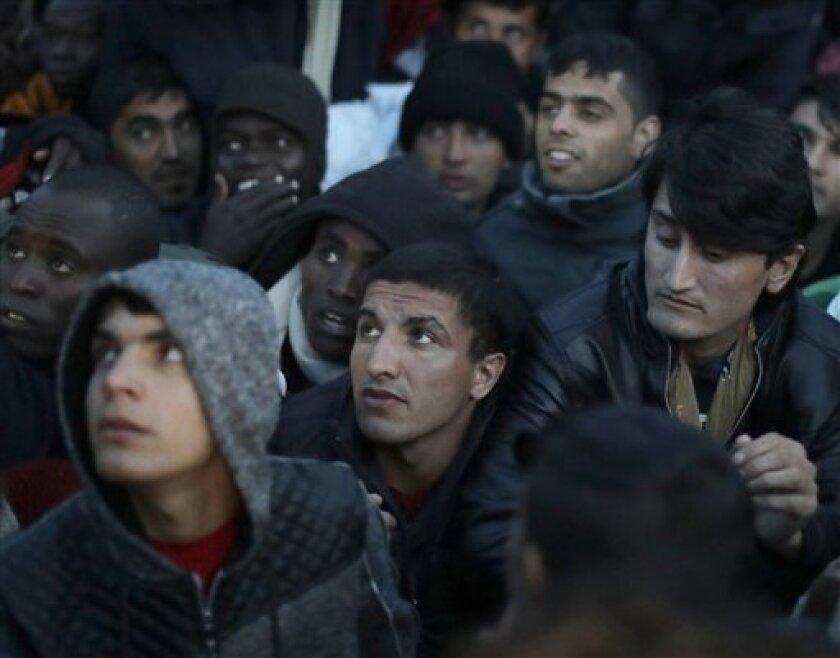 Las autoridades francesas dieron hoy por terminada la evacuación del campamento de inmigrantes de Calais, el mayor del país, mientras buena parte del mismo ardía.
