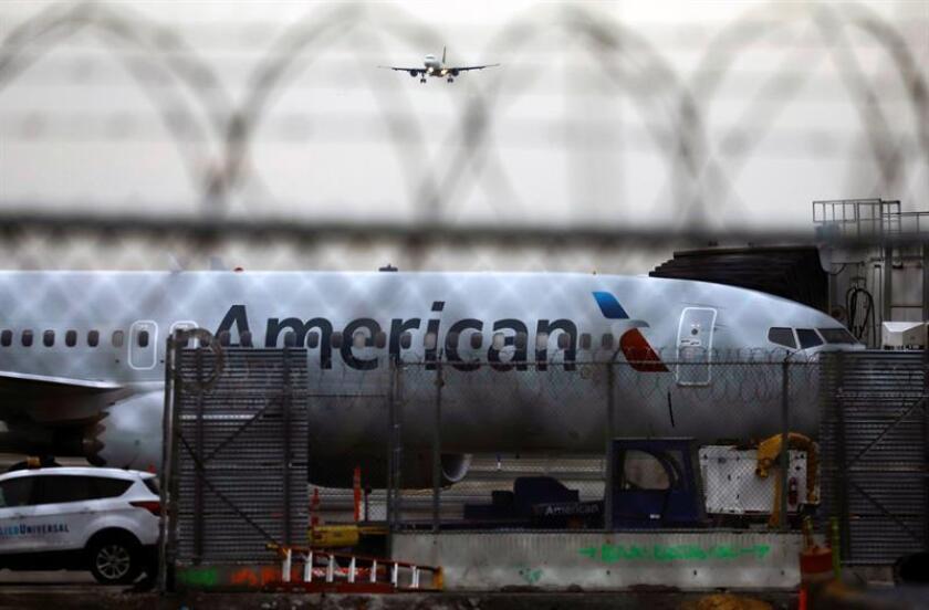 El Boeing 737 Max 8 de American Airlines (número de cola N342RX) permanece estacionado en una puerta del aeropuerto LaGuardia en Nueva York, Nueva York, EE. UU., 13 de marzo de 2019. EFE
