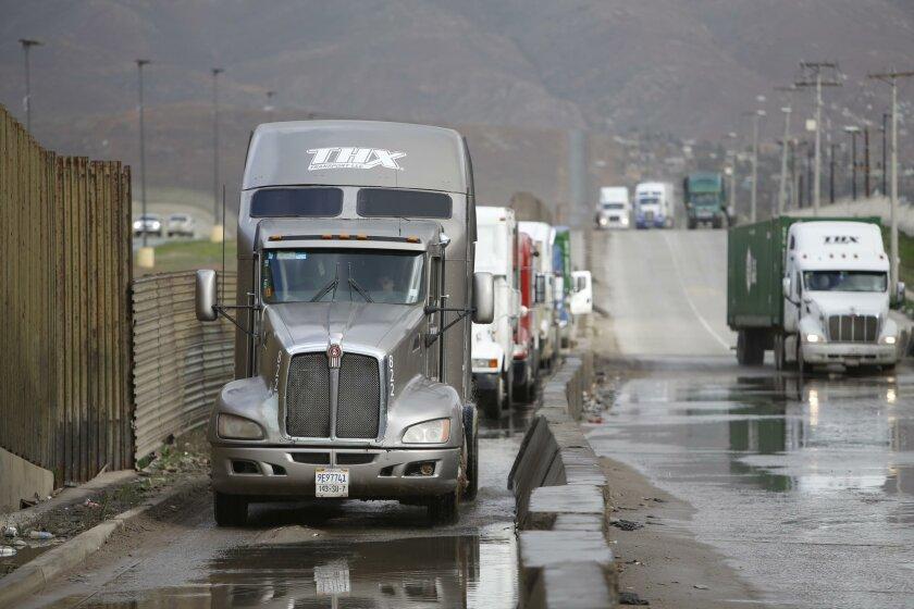 El establecimiento del Tratado de Libre Comercio de América del Norte hizo habitual la fila de camiones que esperan en Tijuana para cruzar la frontera en la garita de Otay Mesa.