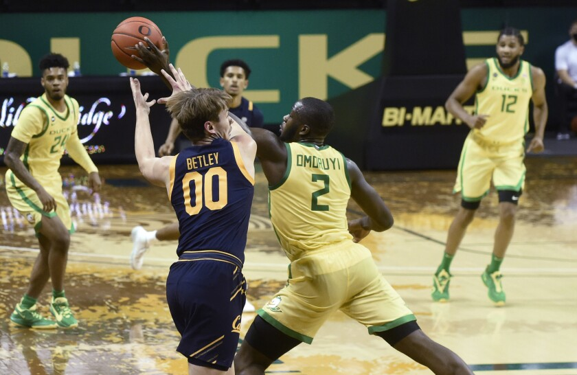 Oregon Ducks forward Eugene Omoruyi (2) steals the ball from California Golden Bears guard Eugene Omoruyi(00) during the first half of their Pac 12 Conference game at Matthew Knight Arena in Eugene, Oregon December 31, 2020. (AP Photo/Andy Nelson)