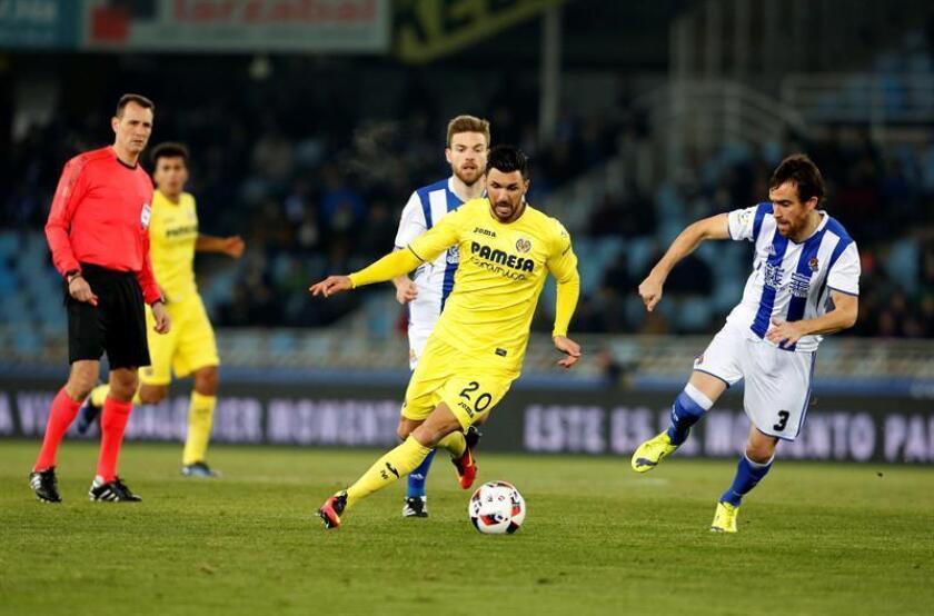 El defensa de la Real Sociedad Mikel González (d) disputa un balón con el centrocampista italiano Roberto Soriano (c), del Villarreal, en el estadio de Anoeta, en San Sebastián. EFE/Archivo